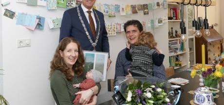 Eerste Nijkerks geboortekaartje uitgereikt aan Hidde