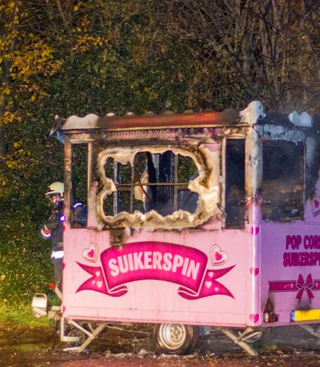 Brand verwoest suikerspinkraam naast manege in Brummen