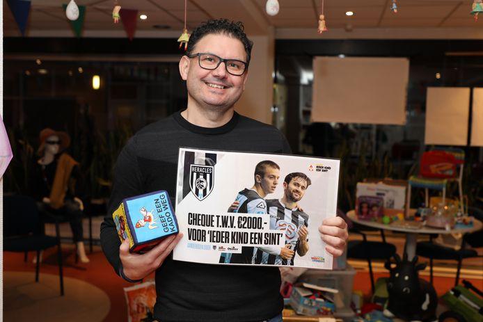Erik Pezij van de Stichting Ieder Kind een Sint Vriezenveen: blij verrast met cheque van 2.000 euro.