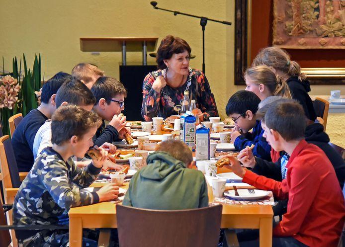 Burgemeestersontbijt met burgemeester Marga Vermue en leerlingen van basisschool De Berenburcht uit Oostburg.