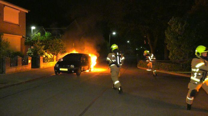 Een auto brandt uit op de Doormanstraat in Huissen.