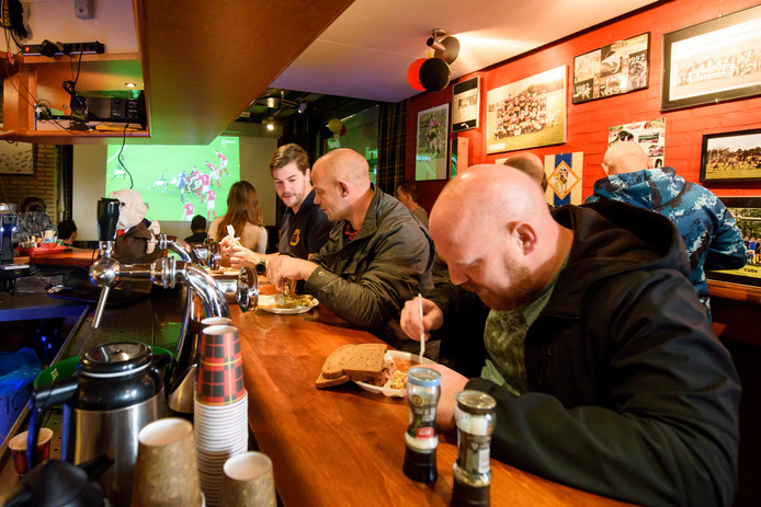 VALKENSWAARD - Het WK rugby is voor de Valkenswaards rugbyclub The Vets een hele happening. Als blijkt dat een wk-wedstrijd op dezelfde dag valt als een eigen wedstrijd wordt dus samen met de tegenstander eerst gekeken naar de grote jongens. Onder het genot van een ontbijtje.
