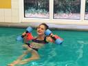 Dochter Robin in het zwembad. Mede voor haar ontstond Zomerkind.