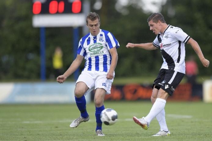 Jordy van der Winden (rechts) in de voorbereiding op dit seizoen in actie in de oefenwedstrijd met VV Helvoirt.