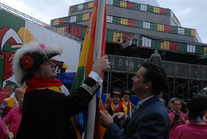 Peer van den Muggenheuvel en wethouder Jeroen Weyers hesen eerder samen de Regenboogvlag