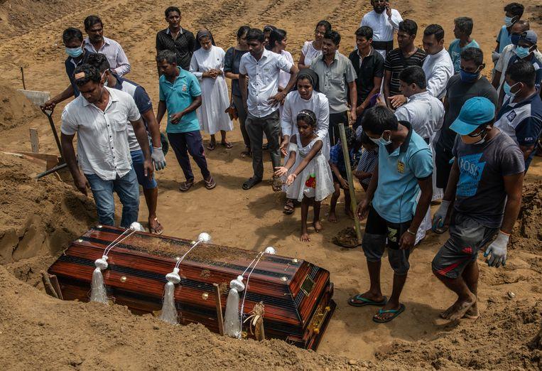 In Negombo wordt een slachtoffer van de aanslag op Paaszondag begraven.  Beeld Getty Images