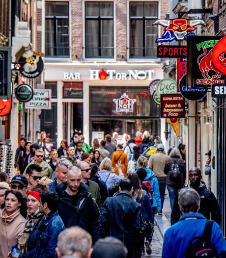 Amsterdam maakt eind aan rondleidingen langs ramen op de Wallen