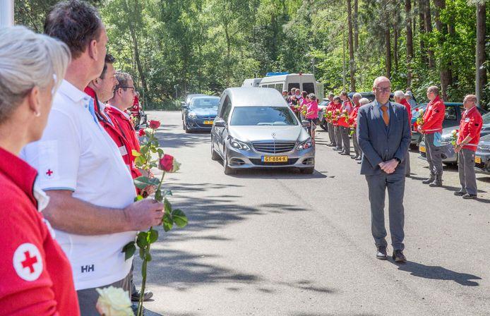 Vrijwilligers van het Rode Kruis Tholen-Reimerswaal vormen een erehaag bij het crematorium in Bergen op Zoom.