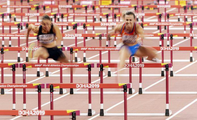 Nadine VIsser in actie op de 100 meter horden.