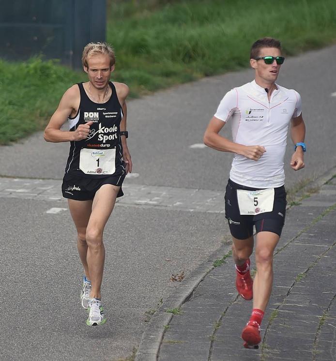 Erwin Harmes (links) en Huub van Noorden liggen al vroeg op kop bij de Kustloop. foto ruben oreel