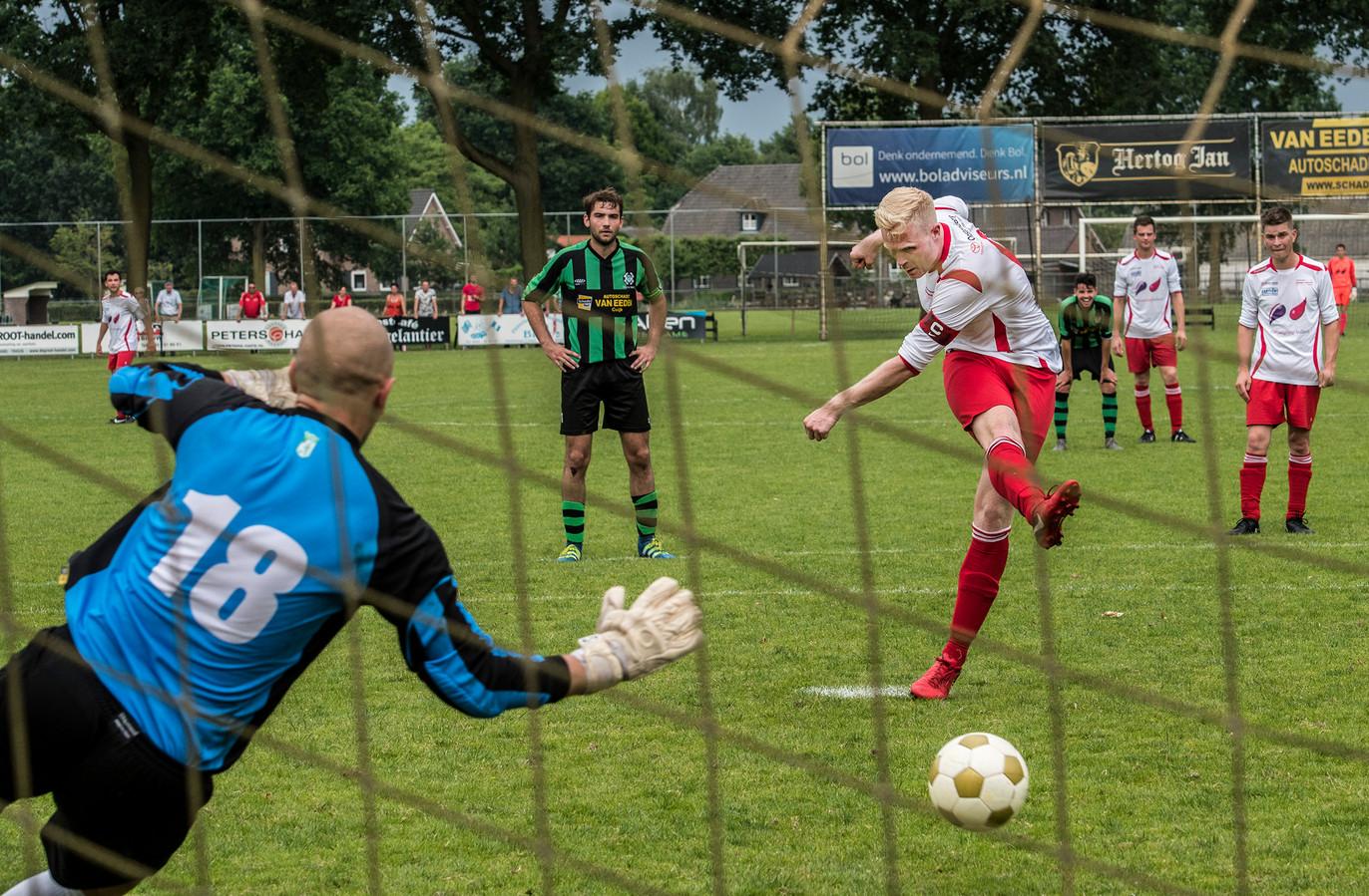 Rik Willemsen schiet een penalty raak voor Vianen Vooruit in de kampioenswedstrijd vorig seizoen tegen Hapse Boys.