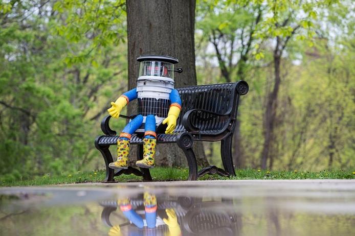 Hitchbot wacht op een bankje in het park op een reismaatje door Twente.