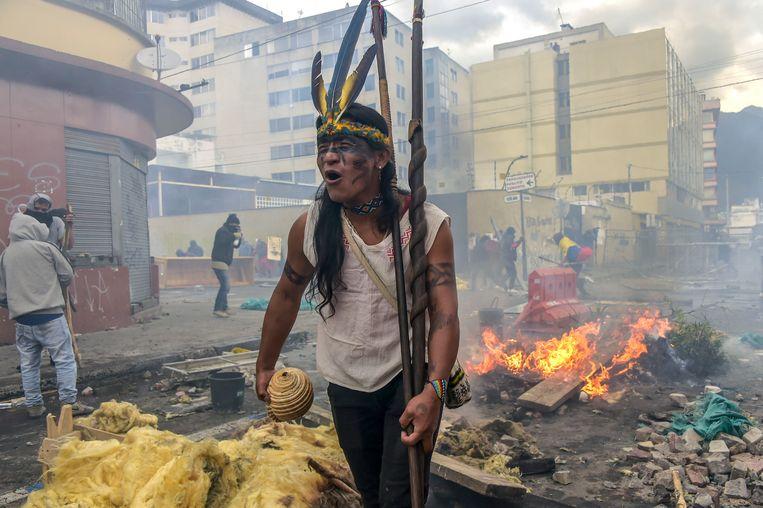 Een inheemse Ecuadoriaan protesteert tegen de regering.