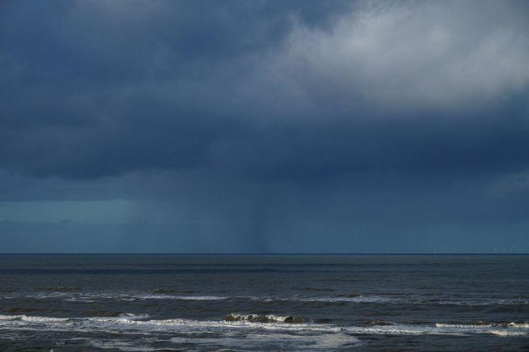 Het feit dat Boukes' foto gisteren door RTL Weer verkozen werd boven die van Irma Van Middelkoop - allebei van dezelfde hagelbui boven zee - wekt toch geamuseerde wrevel. Beeld RV - Irma van Middelkoop