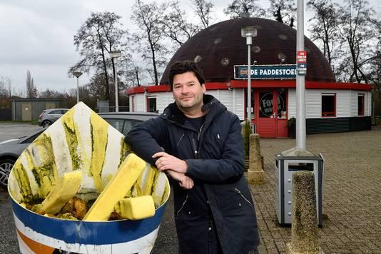 Mark van Wonderen heeft een boek gemaakt over de treurigste plekken van Nederland, bijvb. Paddestoel in Nijkerkerveen
