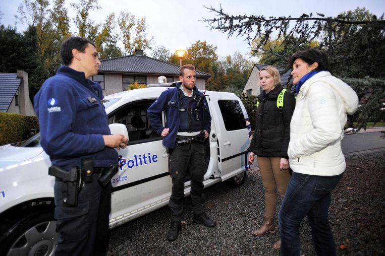 Agenten houden de vinger aan de pols bij enkele inwoners van Steenokkerzeel. Dit is voor alle duidelijkheid een archiefbeeld.