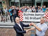 Protestactie door boeren uit Baarle-Nassau bij het stadhuis aldaar. Wethouder Jan van Cranenbroek krijgt symbolisch de sleutels van hun bedrijven overhandigd, om te symboliseren dat de meesten wel kunnen sluiten als de nieuwe wetgeving er door komt.