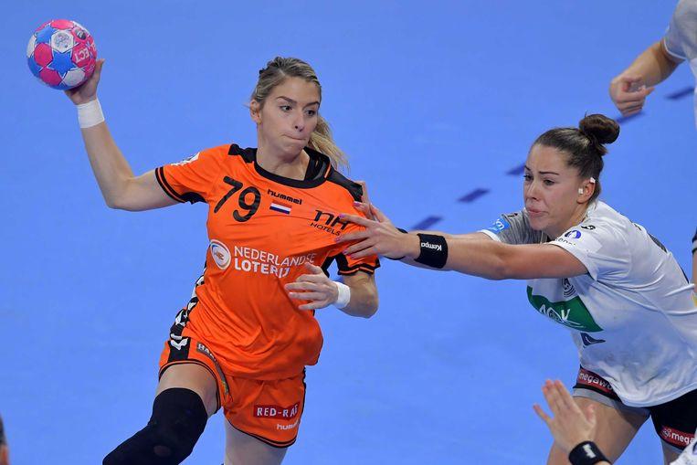 Estavana Polman van het Nederlandse handbalteam vrouwen in actie tijdens de wedstrijd Nederland tegen Duitsland bij het EK Handbal in Frankrijk. Beeld ANP