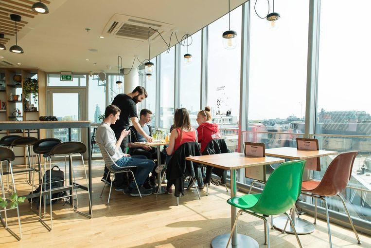 De lunch eet je hier te midden van lucht en licht, met een geweldig uitzicht over het centrum Beeld Charlotte Odijk