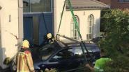 Auto belandt tegen geven in Boekt