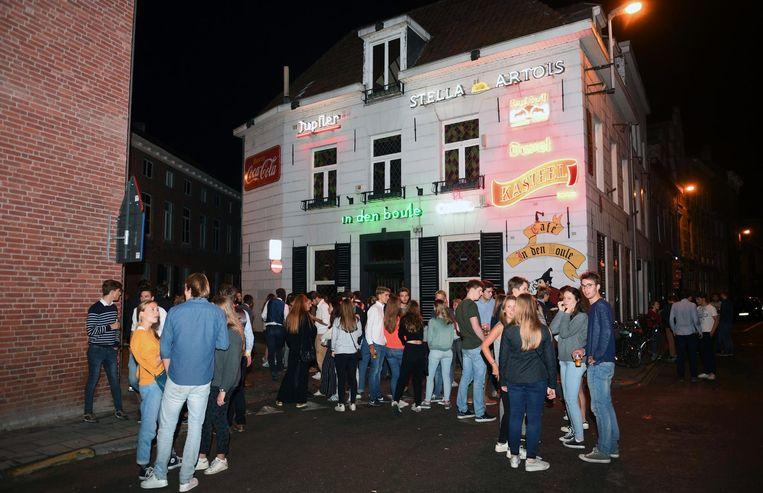 Het bekende studentencafé In Den Boule in de Vaartstraat, waar Jacques (inzet) werkte.