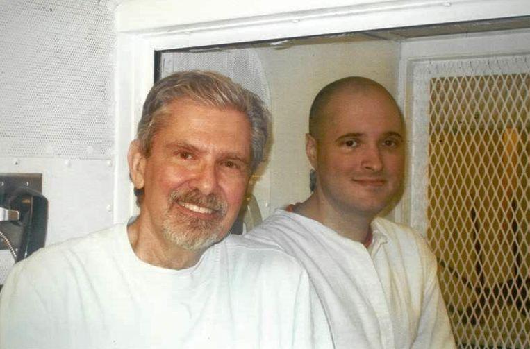 Thomas Bartlett Whitaker (R) met zijn vader Kent Whitaker (L) in de gevangenis in Polunsky, Texas in 2016.
