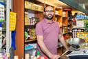 De voorbereidingen voor het suikerfeest zijn in volle gang. Mohammed Ohtman heeft achter de kassa  van zijn supermarkt in Etten-Leur al de nodige koekjes en andere lekkernijen klaar staan.
