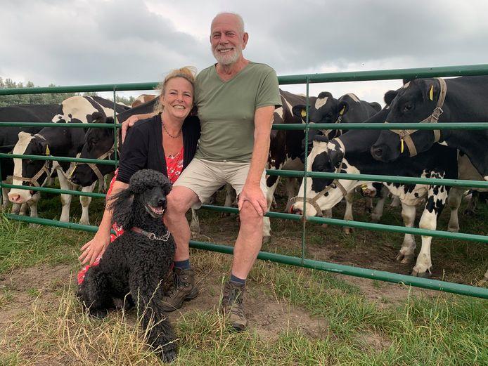 Petra en Chris Gijp uit Streefkerk zijn een dagje op vakantie in de polder Achthoven met hun honden.