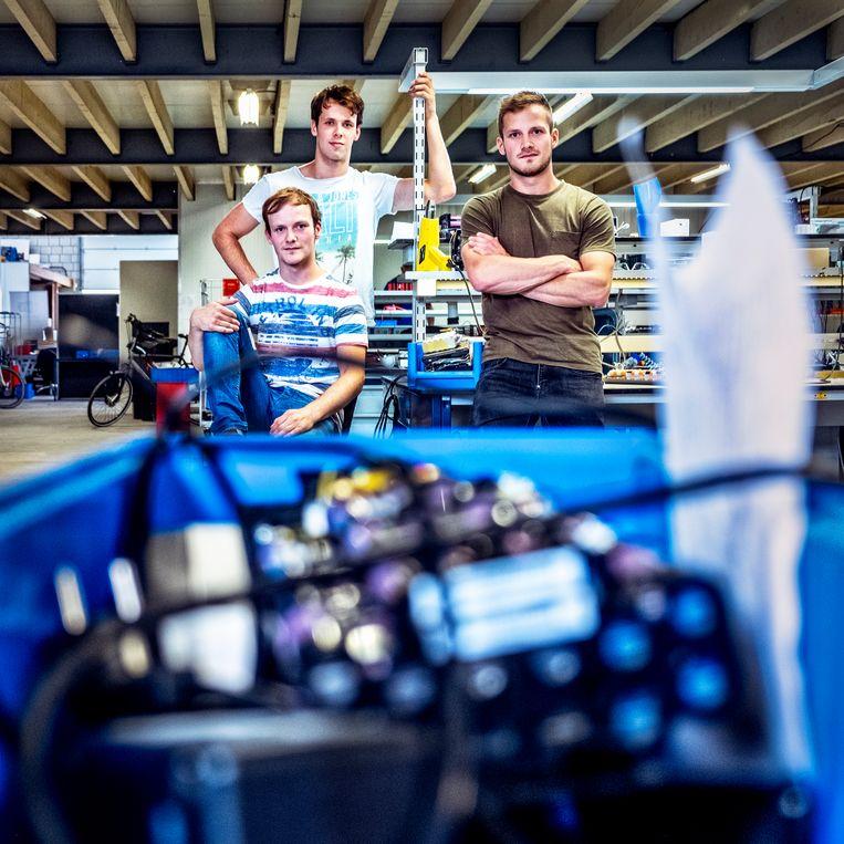 Wout, Stan en Koen Seuren in de nieuwe werkplaats van KWS Seuren. Beeld Raymond Rutting / de Volkskrant
