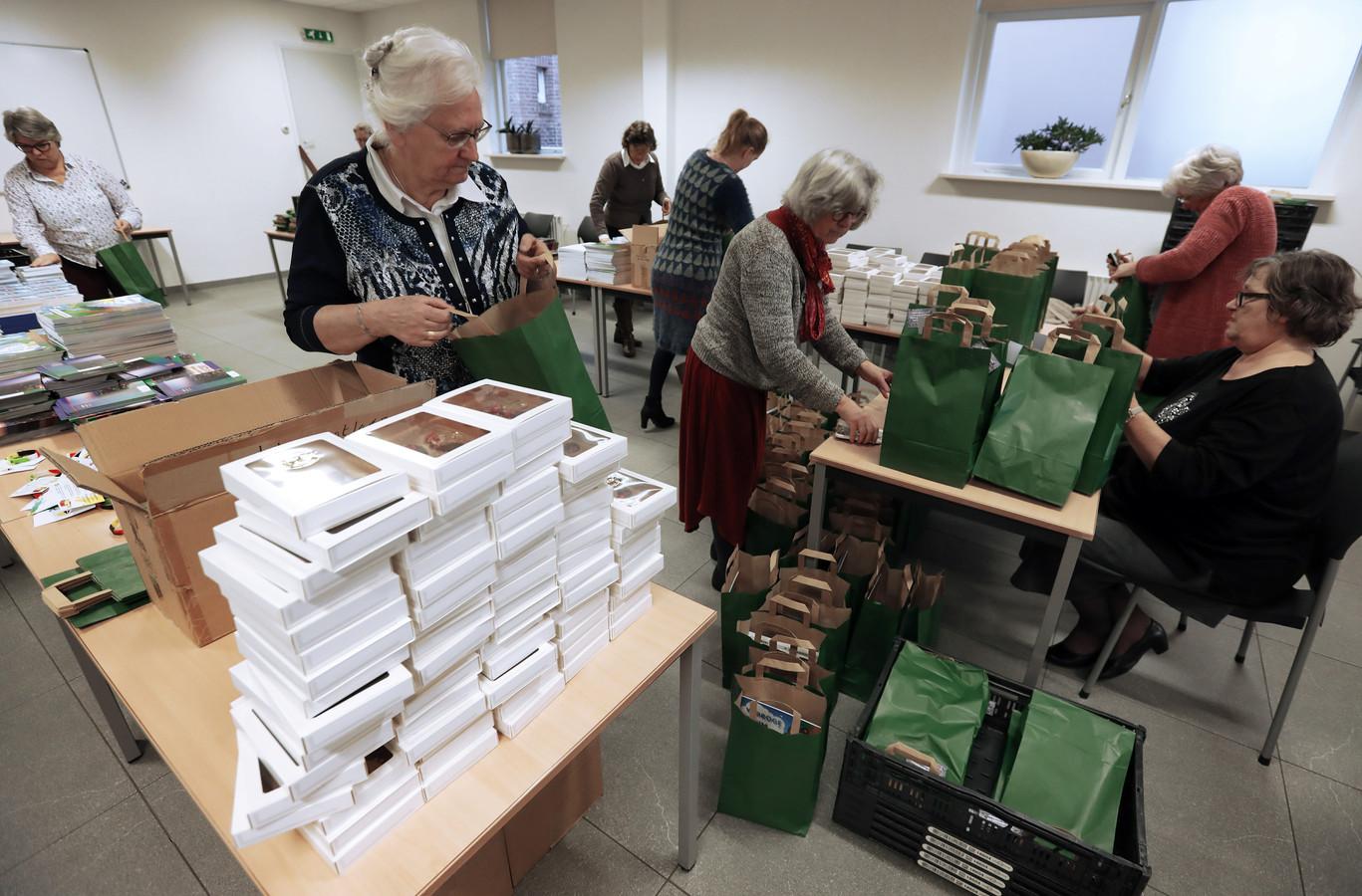 Leden van hervormde vrouwenverenigingen maken kerstpakketten voor Poolse en Moldavische arbeidsmigranten.