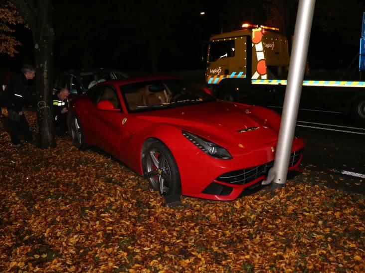 Ferrari met lekke band wordt in de kreukels gereden in Hedel