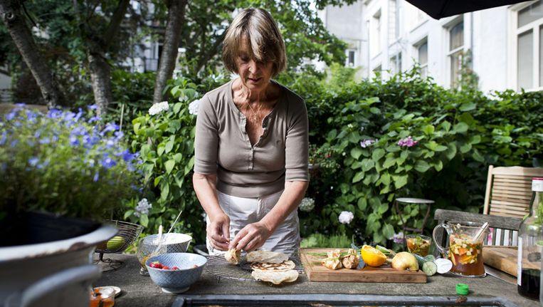 De Britse Patricia blijft koken, ondanks haar artrose. Het liefst in de kruidentuin. Beeld Maarten Steenvoort