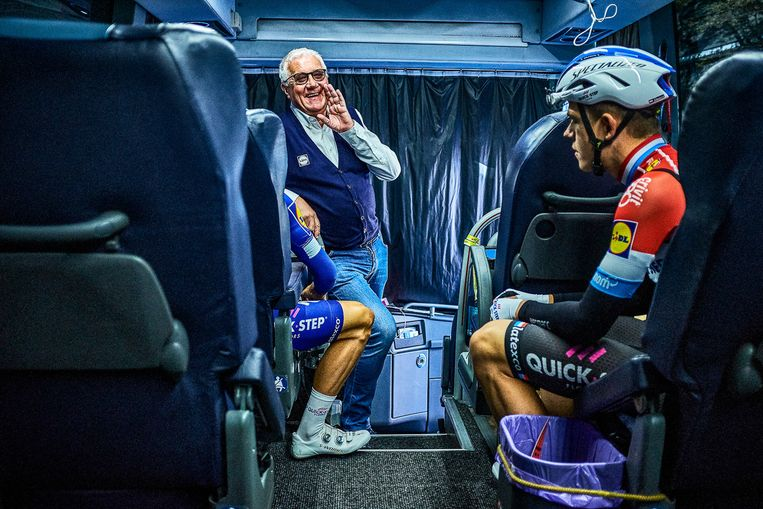 Lefevere komt zijn troepen nog even toespreken in de ploegbus voor de Amstel Gold Race. Het voorjaar is al goed geweest, de sfeer is ontspannen.