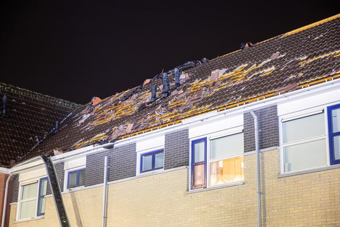 Een windhoos heeft huisgehouden in woonwijk Alteveer in Ommen, tientallen woningen raakten beschadigd