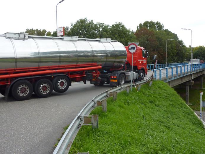 De brug in de Burgemeester van 't Hoffweg is nu verboden voor trucks richting A16 omdat buurtbewoners geluidsoverlast en luchtverontreiniging ondervinden.