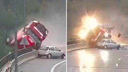Horrorcrash: vrachtwagen stort vanop viaduct naar beneden