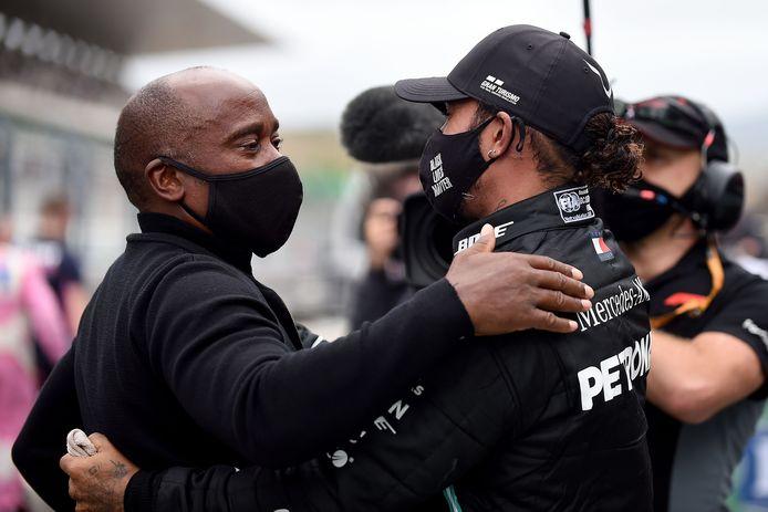 Lewis Hamilton viert de recordzege met zijn vader Anthony.