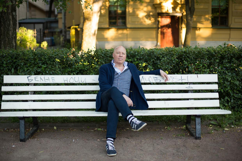 Pieter Waterdrinker: 'Ik wijs geen mensen terecht, een roman moet vragen oproepen, geen vragen beantwoorden. Maar er zitten wel wat speldenprikken in.' Beeld Julia Klotchkova