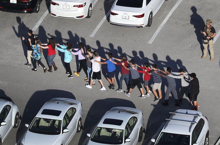 De leerlingen moeten de school onder begeleiding van de politie verlaten.