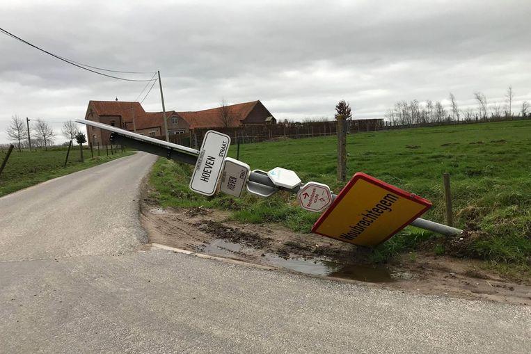 Op de grens van Aaigem en Woubrechtegem kwam een verkeersbord naar beneden.