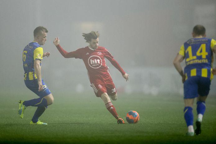 Almere City - TOP Oss werd vrijdagavond vanwege dichte mist gestaakt.