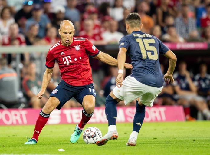Arjen Robben in duel met Andreas Pereira van Manchester United.