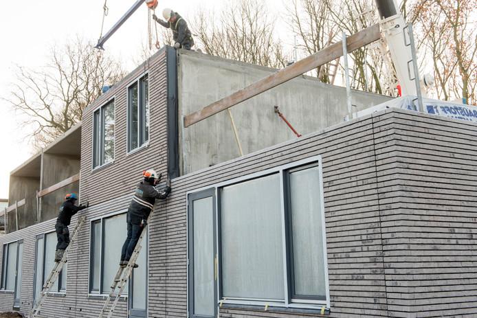 De prefab-woningen in Zeewolde, Apeldoorn, Culemborg, Den Haag en Ede kampten al rond de oplevering met onder meer scheuren in muren, trillende vloeren, geluidsoverlast, lekkages en scheve kozijnen en deuren.