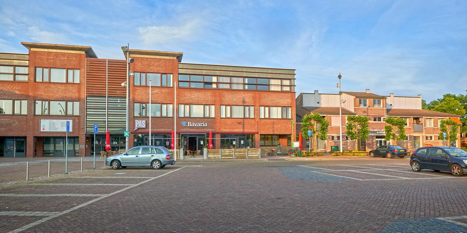 Gemeenschapshuis De Pas en rechts daarvan de bibliotheek van Heesch.