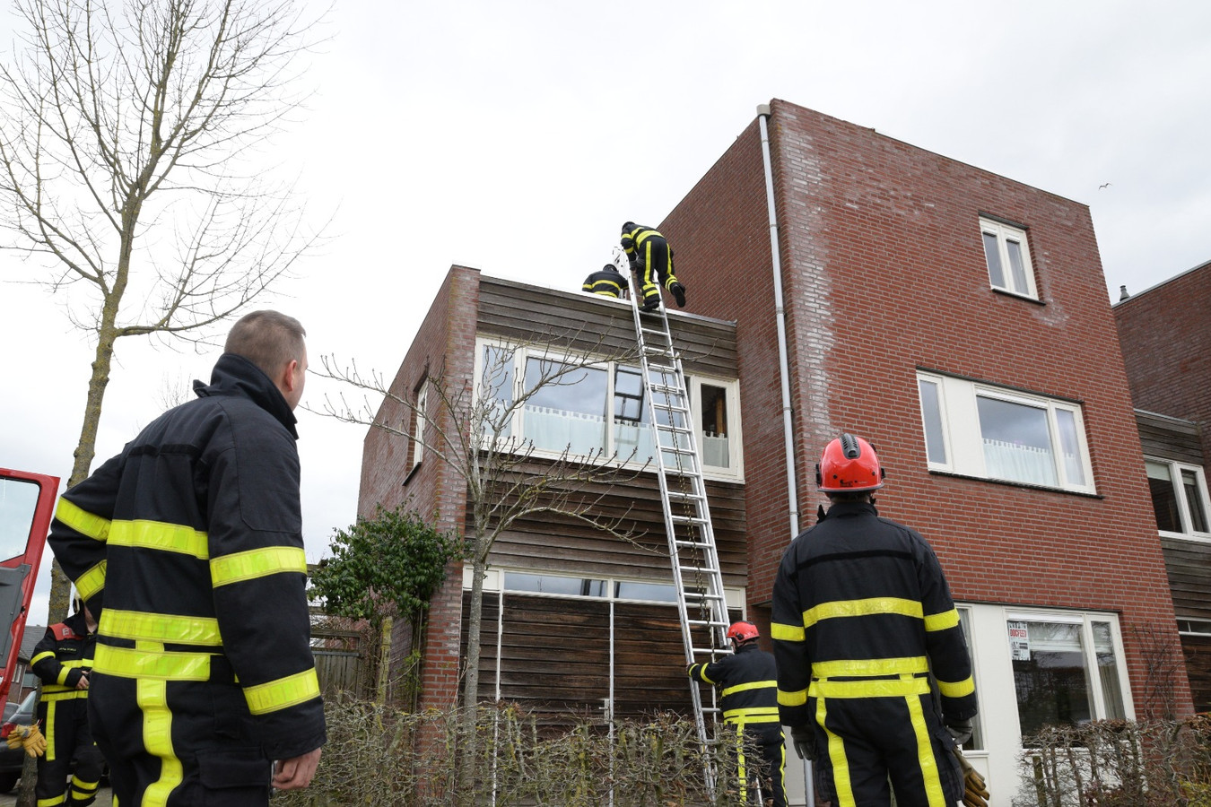 Deel dak woonhuis laat los door harde wind in Goirle.