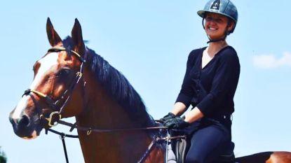 """Talentvolle amazone (21) sterft na schop van paard: """"Sarra ádemde paardensport"""""""