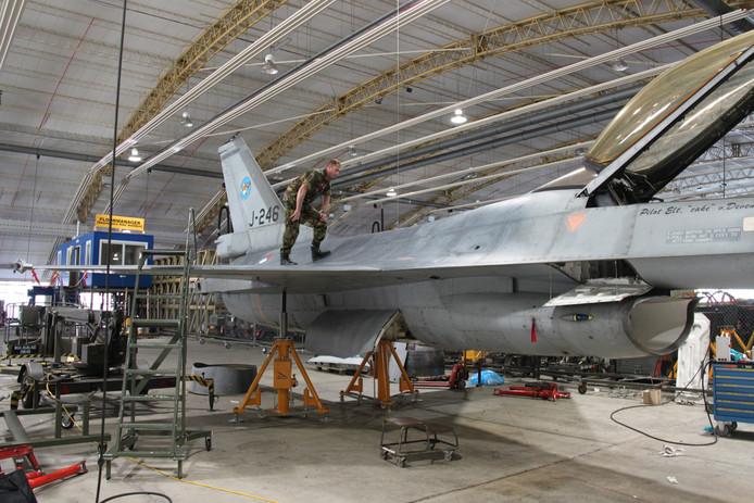 Kapitein Stephan op de bijna volledig gestripte F-16.