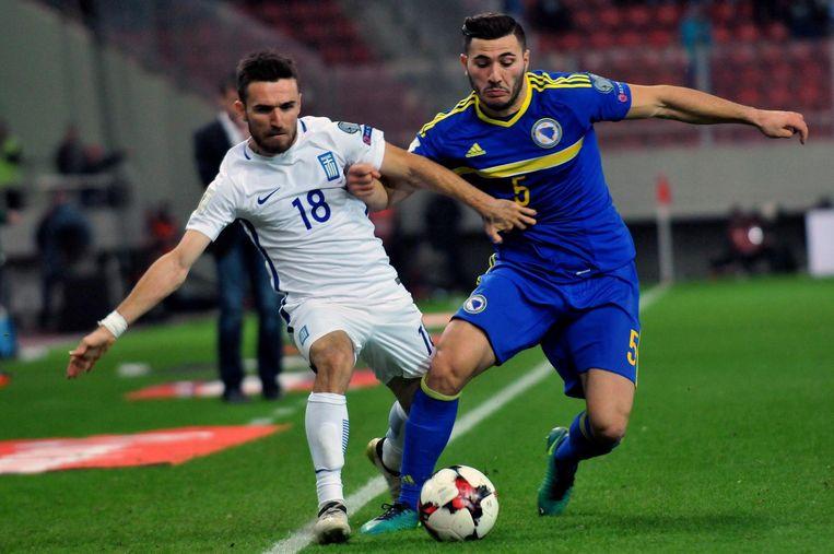 Giannis Gianotas (l) in duel met Sead Kolasinac Beeld null