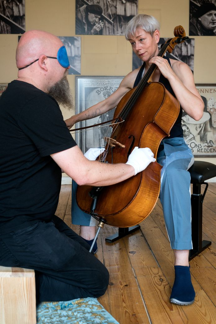 Nederland,  Den Bosch,  celliste en performer Jacqueline Hamelink speelt een intiem concert voor bezoeker Twan Meeuwesen op Theater Festival Boulevard.