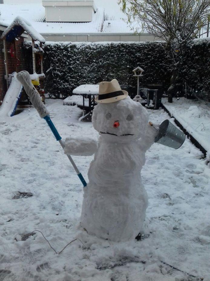 Ook in Lith zijn ze druk geweest met het maken van een sneeuwpop.